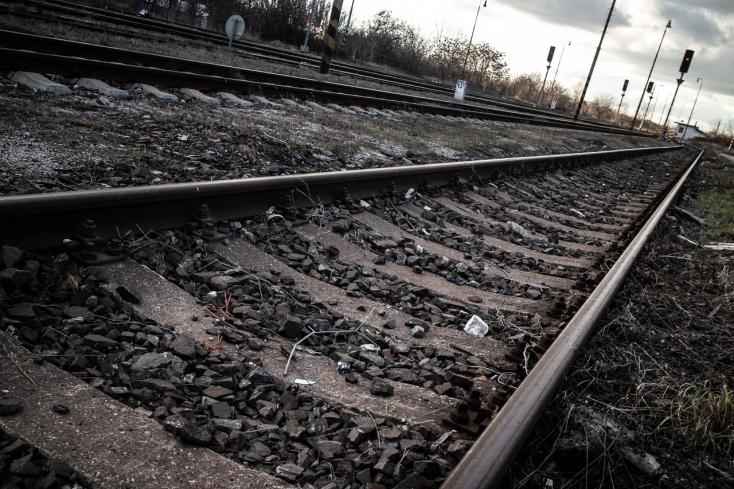 Halott férfi hevert a sínek mellett – nem tudni, melyik vonat gázolta el