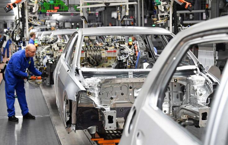 Júniusban nőttek, az év első felében csökkentek a Volkswagen eladásai