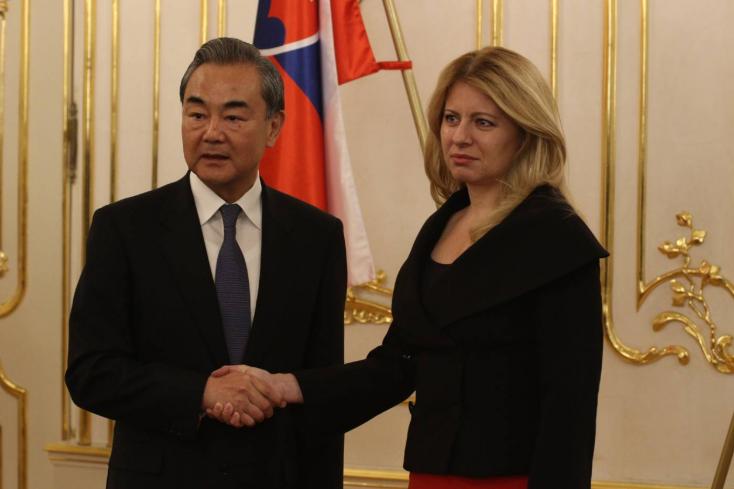 Szlovákiába jött a kínai külügyminiszter, Čaputovától megkapta  a magáét
