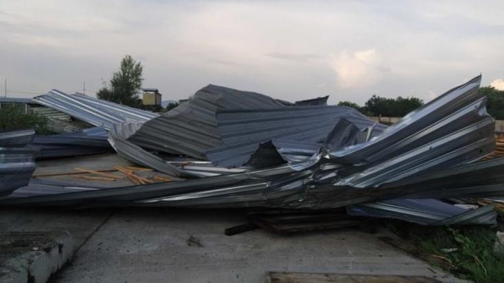 Tornádó csapott le Kelet-Szlovákiában? Hatalmas károk keletkeztek egy vállalat épületében
