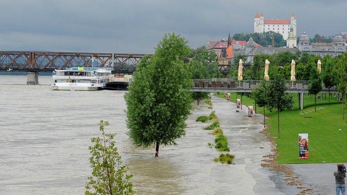 Vészesen emelkedik a Duna vízszintje Pozsonynál, hétfőre akár 2,5 méterrel is magasabb lehet