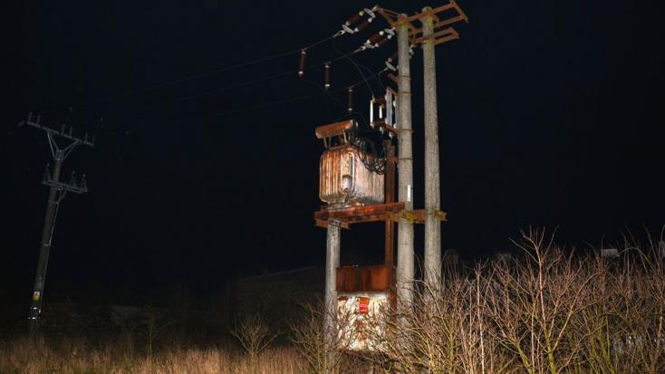 DURVA: 22 ezer volt rázta meg a villanyoszlopra felmászó férfit