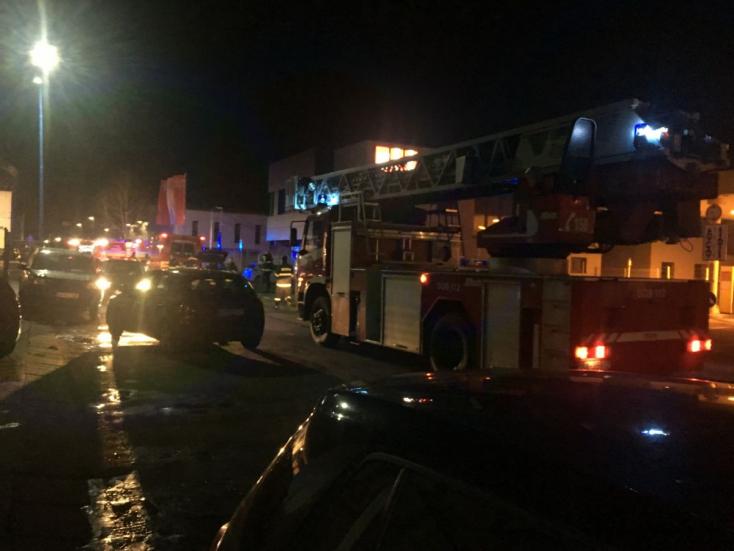 TŰZESET: 37 tűzoltó küzdött a hatalmas lángokkal
