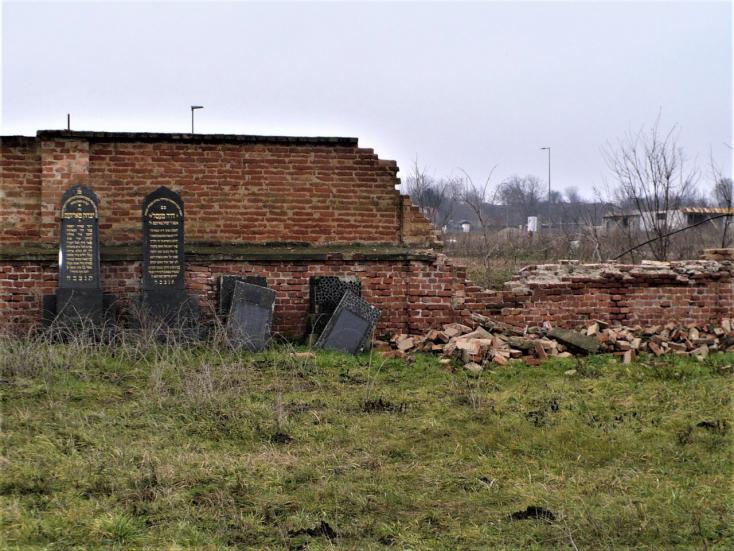 Már nincs téglafal mögött a szenci zsidó temető (Fotók)